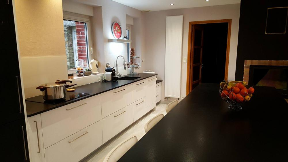 Cuisine avec îlot central, meubles bas coulissants, plan de travail granit, Bain de Bretagne,Ille et vilaine