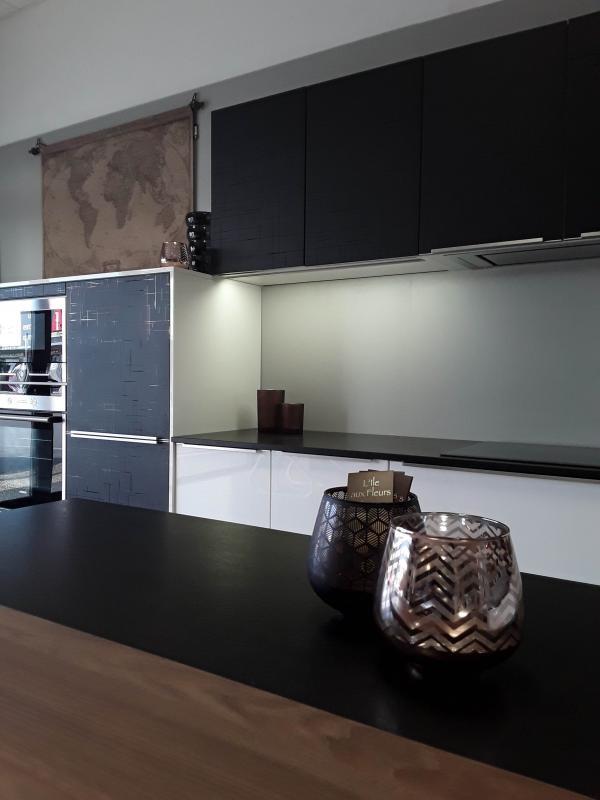 Cuisine design,façades stratifié noir et laque blanche, Plan de travail granit,hotte intégré, armoire basses, Bain de Bretagne, Ille et Vilaine